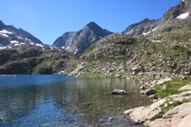 Ibón Azul Inferior y pico de Piedrafita al fondo.