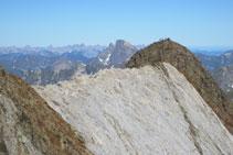 Vista de la Marmolera y del pico del Infierno Occidental, con excursionistas en su cima.