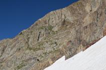 Vista del camino de bajada que hay que hacer (en el centro de la foto, excursionistas bajando).