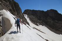 Flanqueamos hacia la izquierda en dirección al pico Arnales.