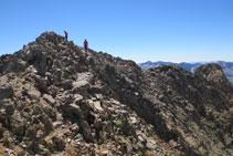 Pico Arnales, recientes mediciones del SITAR le otorgan una altitud de 2999,9m, por lo que dejaría de considerarse un <i>tresmil</i>.