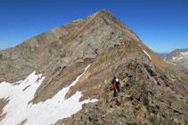 Una afilada cresta baja desde el pico del Infierno Oriental hasta el pico Arnales.