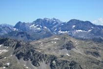 Distinguimos también las cumbres de la región de Ordesa: Astazou, Marboré, Cilindro, Monte Perdido, Taillón,...