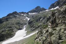 De bajada, tenemos el pico Argualas a la derecha.
