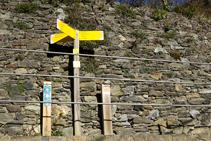 Palo indicador R117 en el Serrat.
