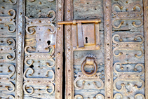 Detalle de la puerta de la iglesia de Fustanyà.