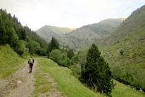 Avanzamos por la izquierda del río Salòria. Al fondo, el pico de Salòria.