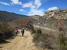 El camino es ancho y llano y progresa por la orilla izquierda del río Noguera Ribagorzana.