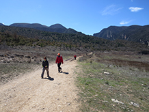 Ya se ven las faldas septentrionales del Montsec d´Ares y el Montsec d´Estall, divididos por el desfiladero de Mont-rebei.