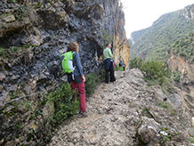 Después de un tramo boscoso, el camino se hace más estrecho y se junta a la pared: ¡hemos llegado al desfiladero!