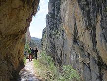 Caminamos bajo paredes rocosas de más de 500m de altura.