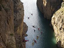 Grupo de personas en kayak.