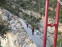 El puente colgante hacia Montfalcó vuelve a comunicar las dos vertientes, separadas hace 60 años por el embalse de Canelles.