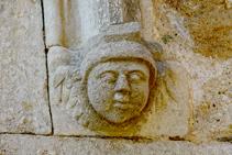Detalle de la puerta de Girona, esculpida con piedra.
