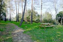 Zona de picnic en la montaña de Sants Metges.