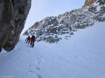 Las paredes de roca y la nieve otorgan un auténtico ambiente alpino al corredor.