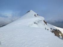 A la salida de la canal, el pico de Cambre d´Aze Occidental (2.711m) nos queda a la derecha.