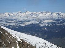El Carlit sobresale por encima de las demás cumbres, es el pico más alto de la región.
