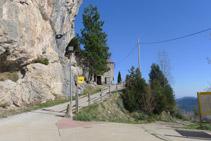 Rampa de acceso al conjunto del santuario desde el aparcamiento.