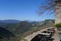 Terraza con vistas que hay junto a la hospedería-restaurante. Al fondo podemos distinguir el Pedraforca.