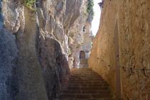 Escaleras de acceso a la capilla de la Virgen de Montgrony.