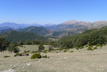 Mirada atrás desde Rasos dels Camps. Al fondo podemos distinguir las montañas del Berguedá (con el Pedraforca).