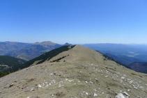 En primer término la cima de la Covil, al fondo la sierra Cavallera y el Taga.