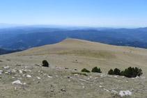 Vistas hacia el sur: en primer término la meseta del Pla de Pujalts y, en segundo término, vistas de las comarcas de la Cataluña central.