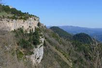 El santuario de Montgrony, colgado en la roca.
