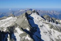 Magnífica vista en dirección S desde el pico Pavots. En primer término el collado de Eriste, a continuación Las Forquetas.