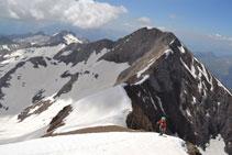 Ascenso al Posets con la cresta de Espadas detrás de nosotros.
