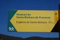 Indicador del itinerario a Santa Bàrbara de Pruneres.