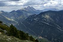 Vistas desde la cima. Por debajo podemos ver Josa de Cadí y, al fondo, el Pedraforca, la Gallina Pelada y la Sierra de Ensija.
