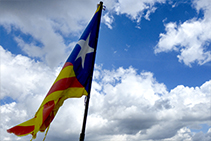 La bandera que ondea en la cima del Cadinell.