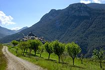 Josa de Cadí, encaramada sobre una colina.