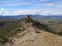 El castillo encima de la colina dominando la Conca Dellá.