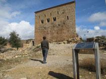 Fachada principal del castillo de Llordá.