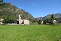 La iglesia de Sant Feliu se encuentra situada entre prados y en el centro de la población.