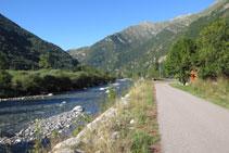 Avanzamos por un camino asfaltado junto al río.
