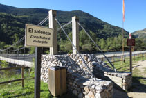 Un cartel antes de cruzar el puente nos avisa que el Salencar es un espacio natural protegido que hay que preservar.