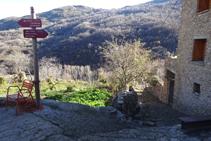 Bajamos por entre casas y huertos hacia el fondo del valle.