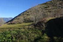 El camino termina en unos prados. Giramos a la izquierda cruzando todo el prado.