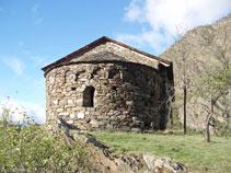 Ábside de la ermita con una ventana con un arco de medio punto