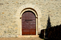 Puerta principal de la iglesia de Santa Coloma.