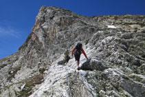 Avanzamos por una curiosa roca blanquecina.