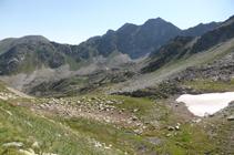 Depósito de rocas en el valle de debajo del pico del Port de Fontnegra y el pico de la Esquella.