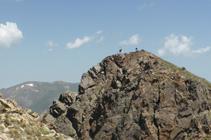 Excursionistas en la cima del pico Negre de Envalira desde el pico de Envalira.