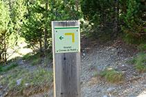 Poste indicador del itinerario junto al desvío que sube hacia el lomo. Nosotros seguimos a la derecha.