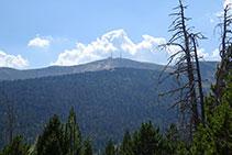 En lo alto se ve la cima de la Torreta de l´Orri, con sus dos torres de telecomunicaciones.