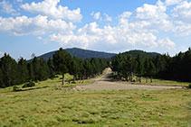 Uno de los caminos se dirige al S, hacia el Prat Muntaner.